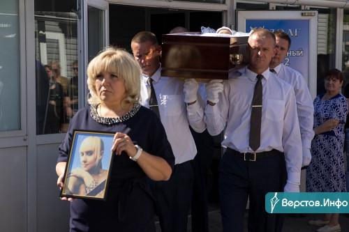 Много эмоций и слёз. Родственники, друзья и знакомые простились с Дарьей Рубцовой
