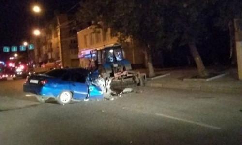 За рулём была 22-летняя девушка. «Нексия» протаранила трактор, работавший на проспекте К. Маркса
