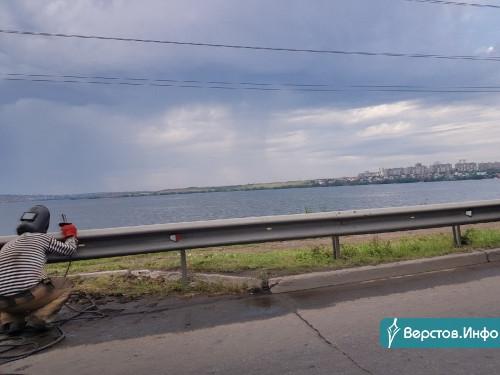 Чтобы враг не проскочил! Перед приездом Путина в Магнитогорске заваривают канализационные люки вдоль дорог
