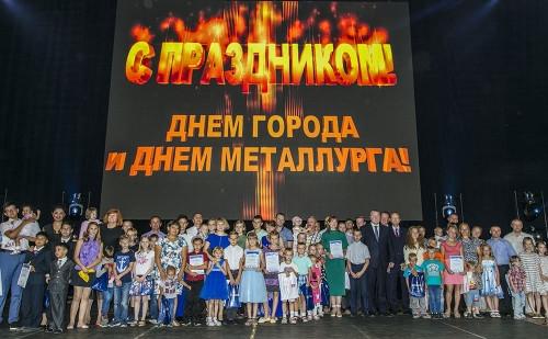 28 щедрых подарков! Многодетные металлурги получили от ММК семейные автомобили