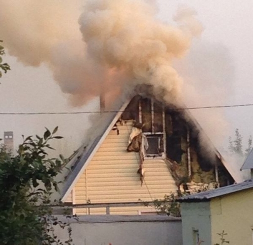 Ущерб превысил 300 тысяч рублей. В Магнитогорске огонь уничтожил мансарду с мебелью