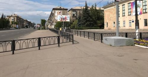 Тротуар превратили в коридор. Магнитогорцев удивил новый забор перед Дворцом творчества на проспекте Ленина