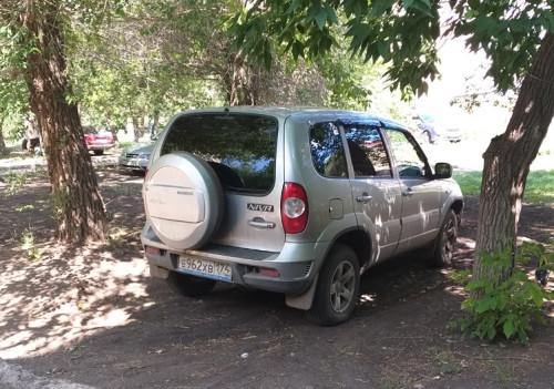 Получи и распишись! Горожан продолжают штрафовать за парковку на газонах