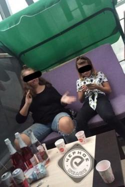 Кафе по-магнитогорски. Пользователей соцсети возмутили фото пьющих и курящих кальян подростков