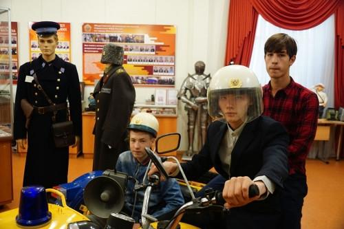 Особый интерес вызвал мотоцикл. Полицейские показали воспитанникам интерната «Семья» музей