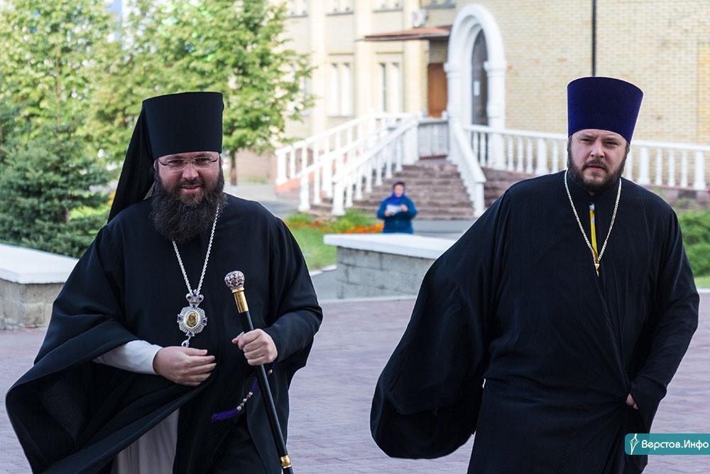 На память подарил икону. Епископ Иннокентий провел последнюю службу в Магнитогорске