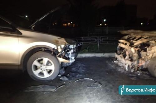Ущерб в полмиллиона рублей! Во дворе на Тевосяна загорелись два автомобиля