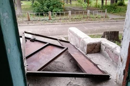 Чуть не прихлопнуло! В Магнитогорске упавшими металлическими дверями едва не убило женщину