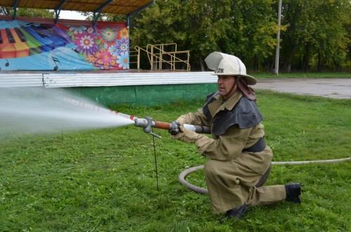 Носили воду в коромысле. Пожарные добровольцы соревновались в мастерстве