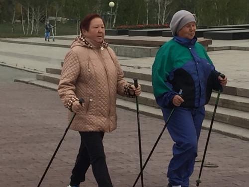 Пенсионеры взяли в руки палки. Магнитогорский клуб скандинавской ходьбы отметил первую годовщину