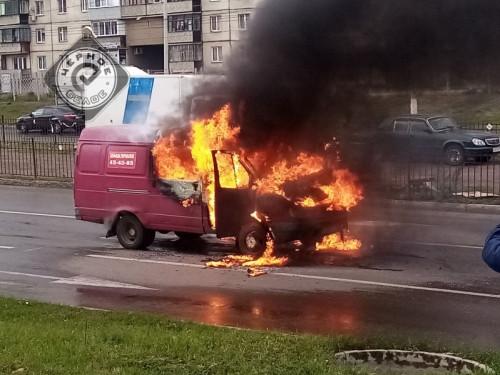 Сгорела на работе. В Магнитогорске на дороге вспыхнул микроавтобус