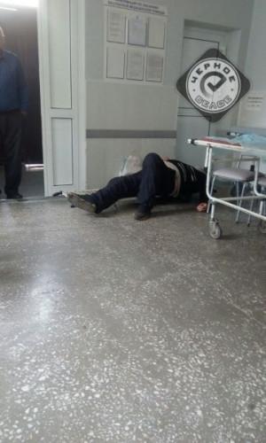 Уснул на носилках в коридоре. Нетрезвый пациент больницы заставил горожан понервничать