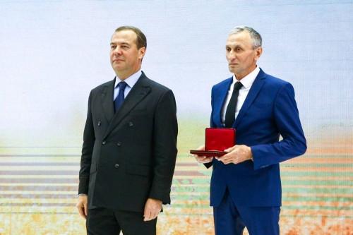 «За многолетний добросовестный труд». Дмитрий Медведев вручил государственные награды работникам «СИТНО»