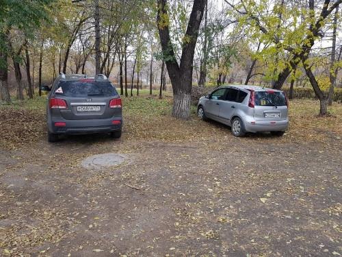 Здесь можно? Магнитогорец насчитал с десяток любителей парковаться на газонах под носом у административной комиссии