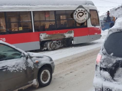 Деревья падают, трамваи сходят. Жители Магнитогорска делятся в соцсетях последствиями снегопада