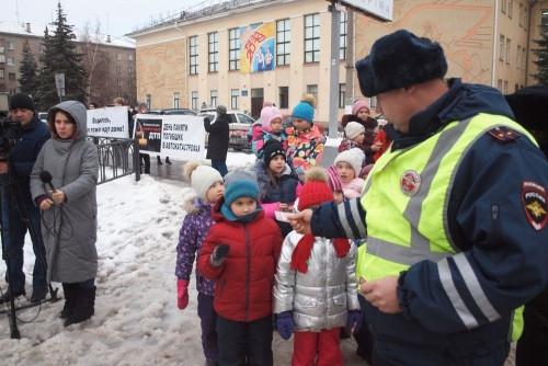 Оставить след на дороге. Магнитогорские школьники пропагандируют ношение световозвращателей