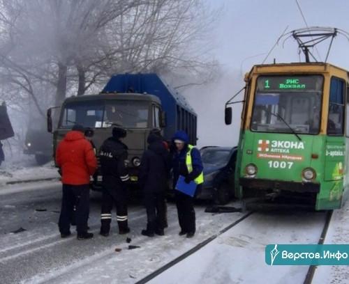 Это просто не день водителей KIA. В одну «прилетел» КАМАЗ, а второй снесло двери трамваем