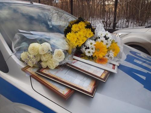 Они воспитали инспекторов. Матерям сотрудников ГИБДД на дом привезли цветы