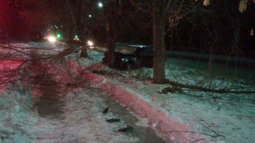 Утреннее ДТП на левом берегу. Водитель «Нексии» врезался в дерево