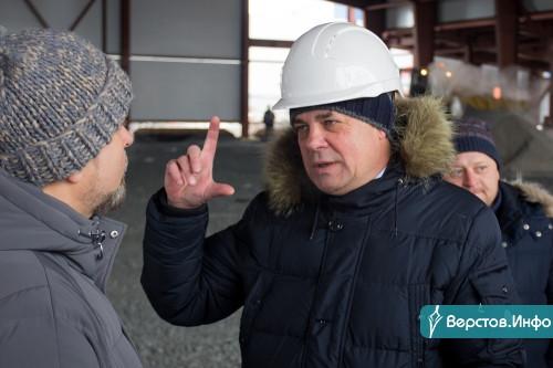 Вице-губернатор посмотрел, как в Магнитогорске возводят новый крытый каток. Он будет без трибун, но с «антресолью» для зрителей
