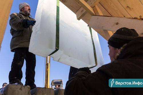 Строят горки, пилят лёд. В Магнитогорске начали возводить главный ледовый городок