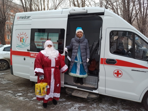 Добрая традиция! Детская больница поздравила детей левобережья