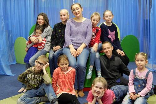 «Коснись театра сердцем». «Серебряные» волонтеры устроили детям театральную премьеру