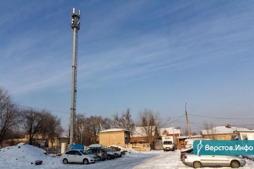 Жителей посёлка Крылова возмутила установка вышки сотового оператора. Её воткнули вплотную к роддому!