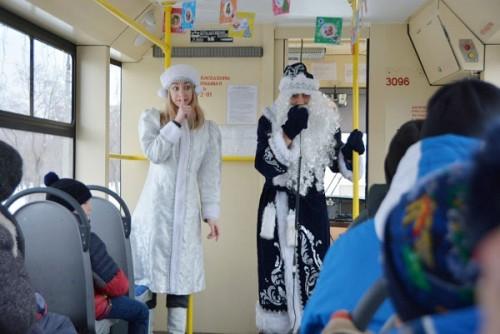 Увидеть городские достопримечательности и… Профсоюз ММК устроил детям экскурсию на «Новогоднем трамвайчике»