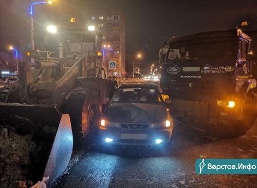 Курьёзная ловушка. Водитель «Нексии» застрял между погрузчиком и КАМАЗом, вывозившими снег