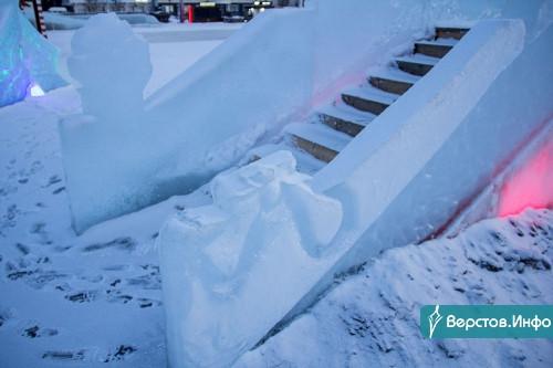 Обрушение не грозит, но... В мэрии еще раз попросили горожан не подходить к ледяным фигурам