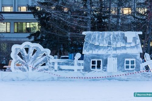 Погода «постаралась». В главном ледовом городке Магнитогорска демонтируют пять фигур