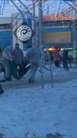 Пранкеры в малярных костюмах. Трое магнитогорцев в центре города разыграли горожан на тему коронавируса