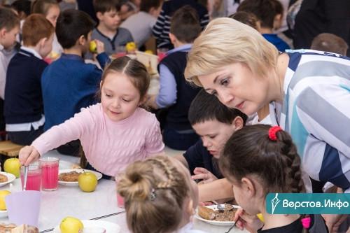 «Дома бы такое готовить!» Школьникам в Магнитогорске сделали одинаковые завтраки