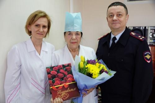 Больше 60 лет в медицине! В Магнитогорске проводили на пенсию медсестру-ветерана