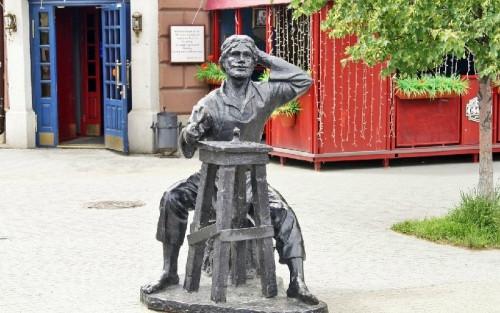 От Бабы Яги до модницы. Пять самых любопытных скульптур Челябинска