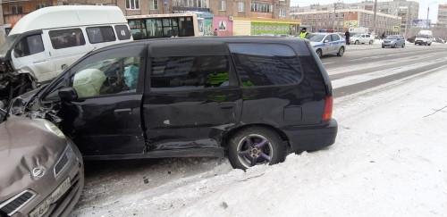 В Магнитогорске маршрутчик устроил ДТП на встречной полосе. Пострадал водитель другого автомобиля