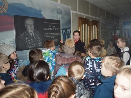 Поговорили друг с другом по рации. В Магнитогорске детям показали святая святых ГИБДД