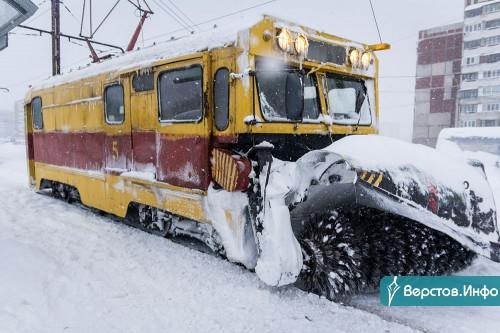 Техника продолжает работать. За сутки в Магнитогорске выпало больше месячной нормы снега