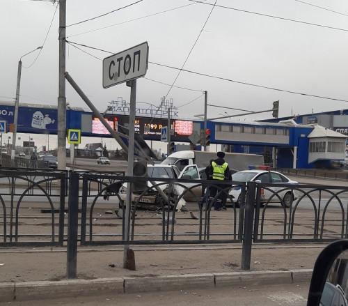 Две серьезных аварии. В Магнитогорске иномарка врезалась в столб, а «Лада» – снесла светофор
