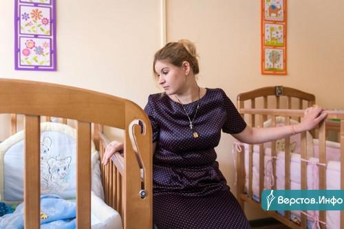 Помогут тем, кто особо нуждается. Одиноким матерям выплатят по 5 тысяч рублей, а одиноким инвалидам принесут продуктовые наборы