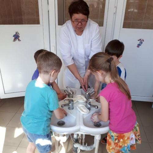 «Чистые руки – залог здоровья». Медики научили дошколят правильно мыть руки