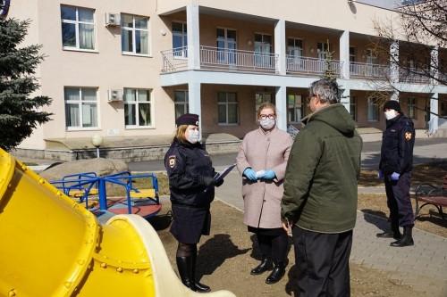 И с родителями, и без. В Магнитогорске полицейские находят «несамоизолированных» детей