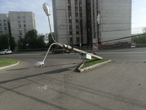«Отличилась» таксистка «Яндекса». В Магнитогорске «Гранта» «срубила» столб и перевернулась