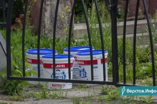 Обещали закончить в июне. Исторический забор вдоль проспекта Ленина начали восстанавливать