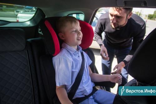 Защитить маленьких пассажиров. Магнитогорским таксистам подарили 50 детских автокресел