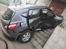 Эффектное ДТП. После столкновения «Ниссан» оказался на крыльце дома, а водитель – в больнице