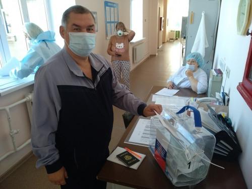 Доставка до койки. Члены УИК № 2232 обходят отделения медсанчасти с переносной урной