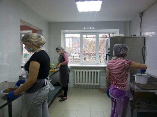 Научились и теперь готовят. В Магнитогорске участницы епархиального проекта кормят по 60 человек