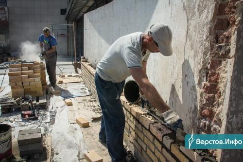 «Если надо, работайте круглые сутки». Бердников дал подрядчикам неделю на устранение недоделок в драмтеатре